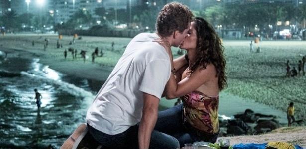 """Vinícius (Thiago Fragoso) e Regina (Camila Pitanga) se beijam em """"Babilônia"""""""