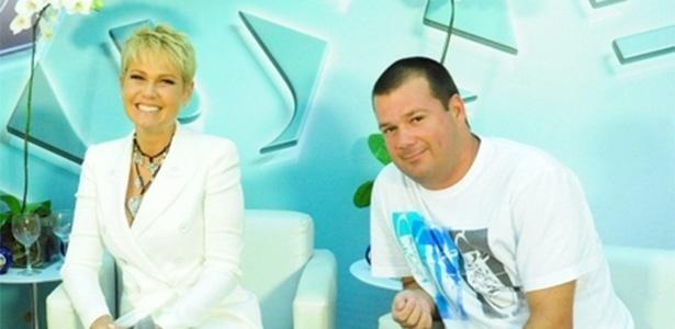 """Xuxa ao lado de Mariozinho Vaz em foto de 2011, quando ele era diretor-geral do """"TV Xuxa"""""""