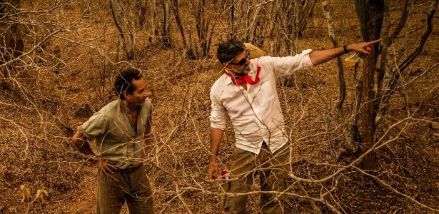 """Diretor Luiz Fernando Carvalho e o ator Chico Diaz ensaiando cena de """"O Velho Chico"""" no sertão nordestino"""