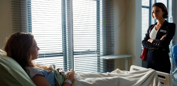 Alice (Sophie Charlotte) pressiona Cris (Tainá Muller) no hospital