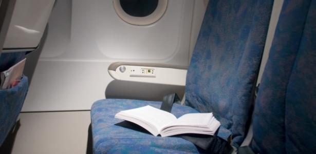 Livros são frequentemente deixados por passageiros nas cabines dos aviões