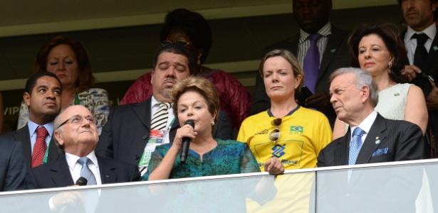 Dilma (no centro) discursa na abertura da Copa das Confederações ao lado de Joseph Blatter