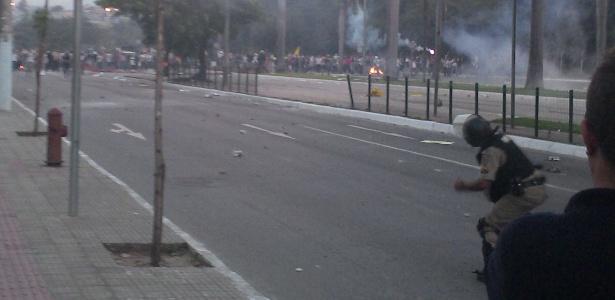Manifestantes e policiais se enfrentam em confronto nas imediações do Mineirão, na capital mineira