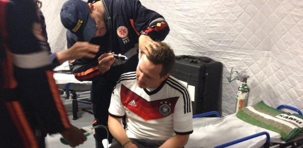 Torcedor Eugen Weber é atendido no posto médico do Mineirão após ser agredido durante semifinal da Copa