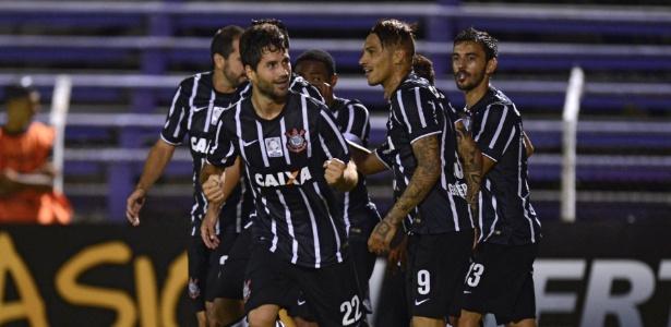 Jogadores do Corinthians comemoram o gol marcado pelo zagueiro Felipe na partida contra diante do Danubio