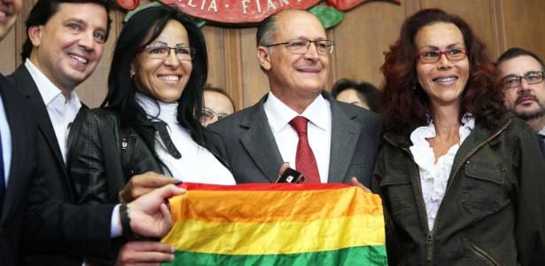 O governador Geraldo Alckmin entre representantes de grupos LGBT em evento no Palácio dos Bandeirantes