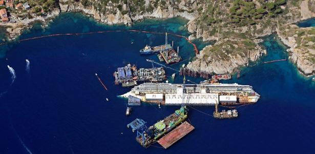 Vista aérea dos trabalhos para recolocar de pé o navio Costa Concordia, que adernou na costa da ilha de Giglio, em janeiro de 2012