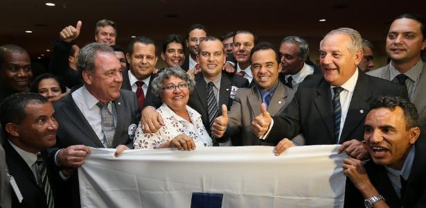 Integrantes do Pros comemoram a aprovação do registro no TSE
