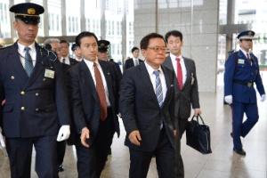 Prefeito de Tóquio, Naoki Inose (à frente), chega ao prédio do Governo Metropolitano da cidade