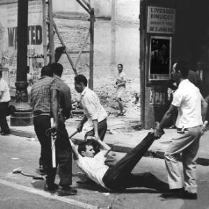 um-manifestante-e-preso-por-agentes-policiais-menos-de-15-minutos-depois-de-iniciada-a-passeata-de-ontem-no-centro-da-cidade-de-sao-paulo-ja-era-reprimida-pela-policia-com-bombas-de-gas-depois-da-1393623187401_300x300.jpg