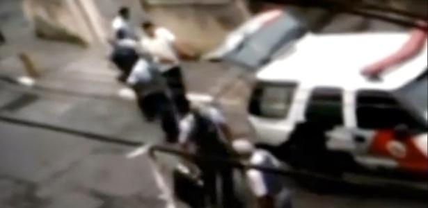 Print do vídeo que mostra tenente e soldados matando o servente Paulo Batista do Nascimento. Levados a júri popular pelo crime, cometido em 2012 no bairro de Campo Limpo, zona sul de São Paulo, os PMs foram absolvidos