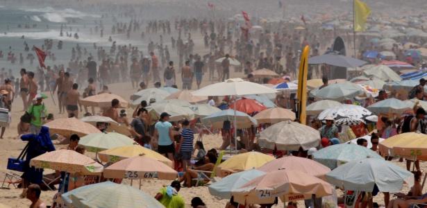 Banhistas aproveitam o calor na praia de Ipanema, na zona sul do Rio
