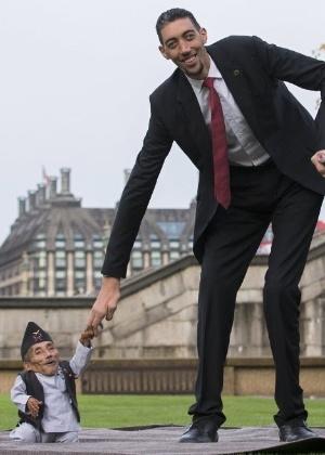 Chandra Bahadur Dangi (à esquerda), do Nepal, o menor homem do mundo, posa para fotos com o homem mais alto do mundo, Sultan Kosen, da Turquia, durante um ensaio do Guinness World Records, em Londres, Inglaterra. Dangi possui 54 cm de altura, a mesma que seis latas de feijão empilhadas, e Kosen possui 2,51 m