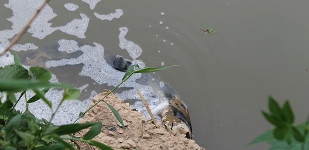 Poluição afeta o rio Jundiaí, na cidade de Salto, interior paulista