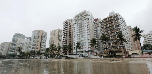 29.dez.2014 - O prédio na praia de Astúrias, na orla do Guarujá, cuja cobertura pertence ao ex-presidente Lula