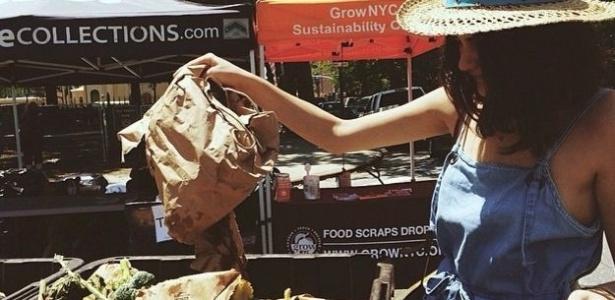 Lauren leva seu lixo orgânico para ser transformado em adubo semanalmente