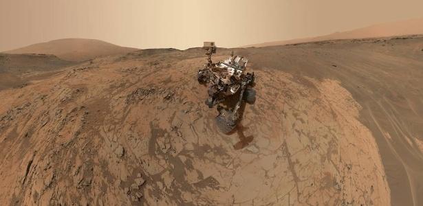 Sonda Curiosity coleta amostras do solo, em foto de 25 de fevereiro de 2015