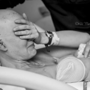 A fotógrafa Kate Murray se tornou assunto na internet após fotografar e publicar a imagem de uma mãe, que lutou contra o câncer de mama durante a gravidez e teve um dos seios removidos, amamentando o filho pela primeira vez