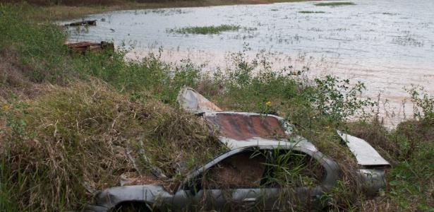 11.mai.2015 - Carroceria de veículo fica visível na margem da represa Jaguari-Jacareí, no interior de São Paulo, devido ao baixo nível das águas