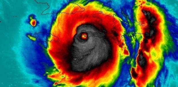 Imagem do furacão Matthew durante passagem pelo Haiti: a similaridade com um crânio humano assustou muita gente e viralizou na internet