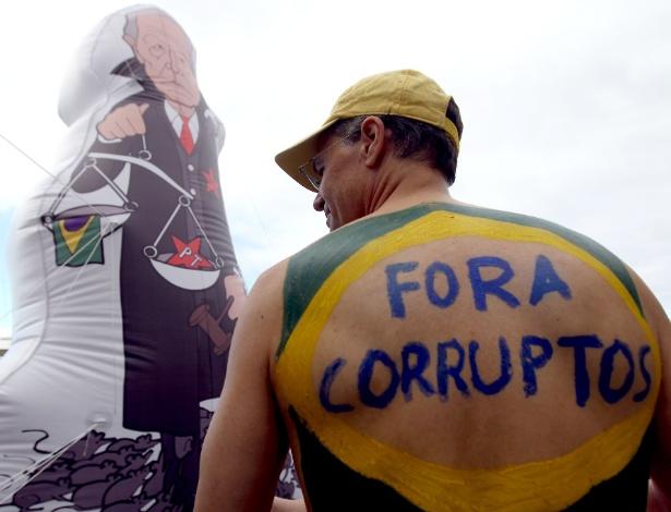 Manifestantes pró-impeachment da presidente afastada Dilma Rousseff realizam protesto na orla de Copacabana, zona sul do Rio