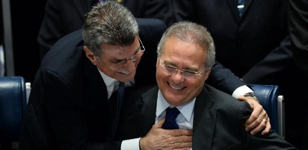 Renan Calheiros (à direita) é cumprimentado pelo senador Romero Jucá (PMDB-RR)