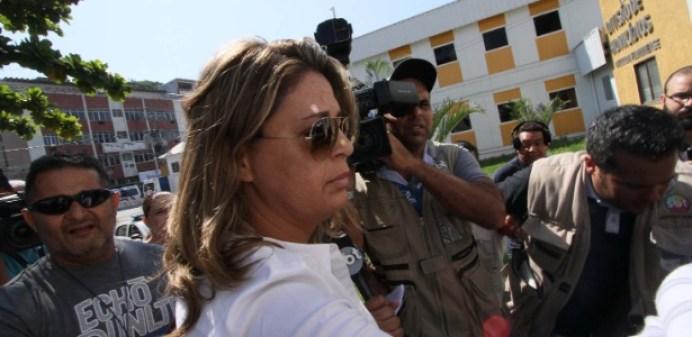 A brasileira Françoise Amiridis, mulher do embaixador, chega à Delegacia de Homicídios da Baixada