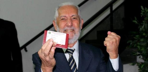 Aposentado comemora conquista da carteira da OAB aos 82 anos
