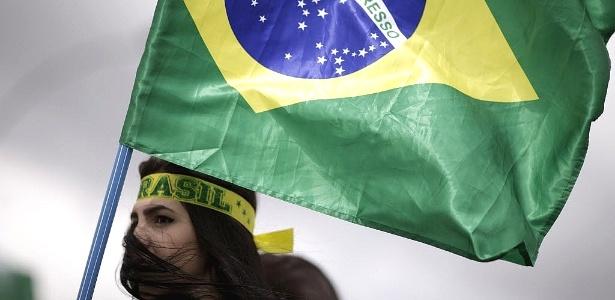 Manifestante carrega bandeira durante protesto pelo impeachment de Dilma
