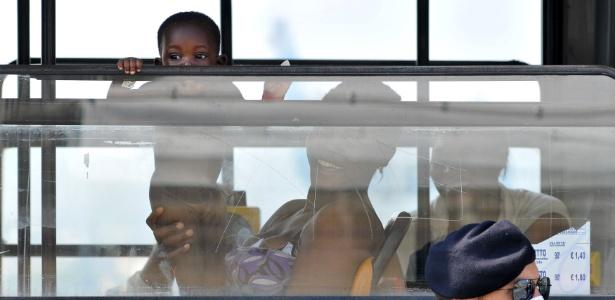 Migrantes são colocados em ônibus ao desembarcarem no porto de Palermo, no sul da Itália