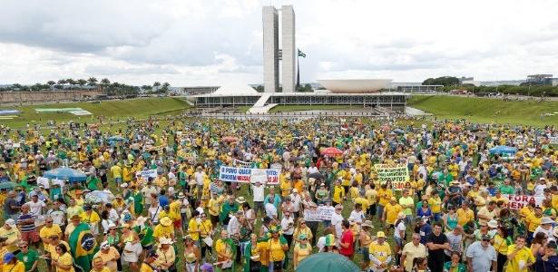 Manifestantes se reúnem próximo ao Congresso Nacional, em Brasília; protestos estão marcados em 200 cidades