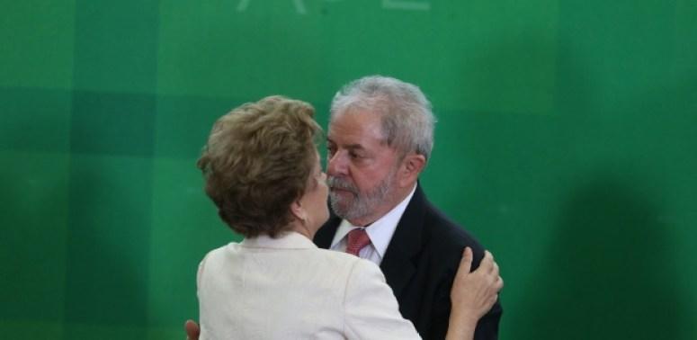 Dilma e Lula durante a posse do ex-presidente na Casa Civil, em março