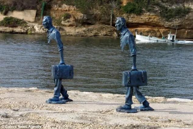 Outro ângulo da escultura de Bruno Catalano - O vazio em quem deixa seu país
