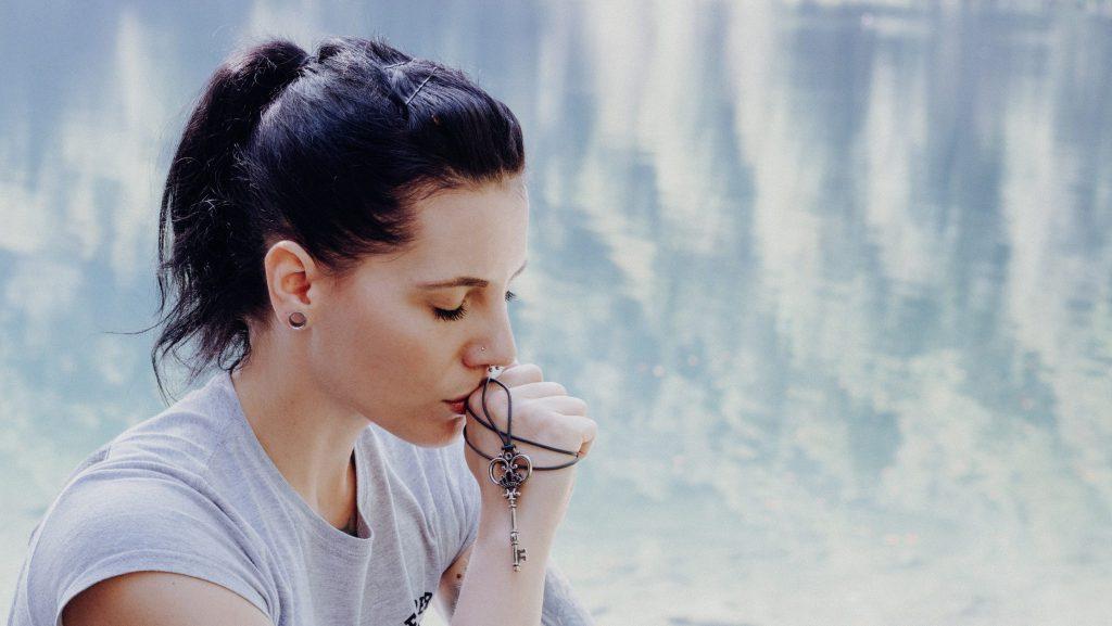 Portrait mit Bergsee im Hintergrund
