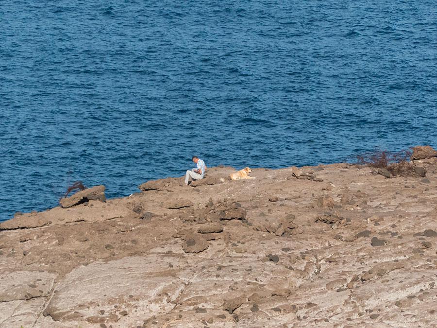 Teneriffa Urlaub - Mann mit Hund am Meer