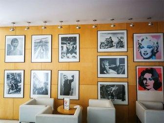 Wandbilder in der Bar des VIP Executives Azores