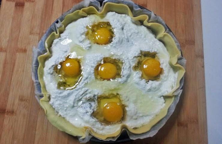 torta pasqualina, collocazione delle uova intere crude.