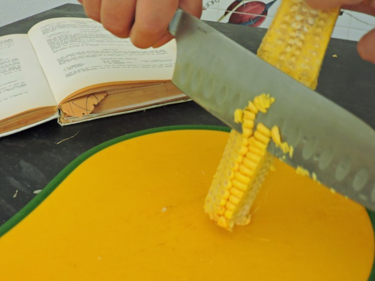 Pastel de choclo di ImmersioneinCucina, sgranatura delle pannocchie.