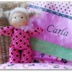 Carla hat eine Decke mit ihrem Namen zum Kuscheln.