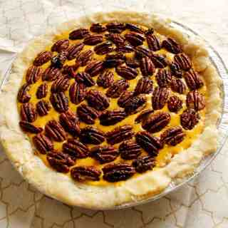 Pumpkin-pecan pie, or how friendships blossom over flour
