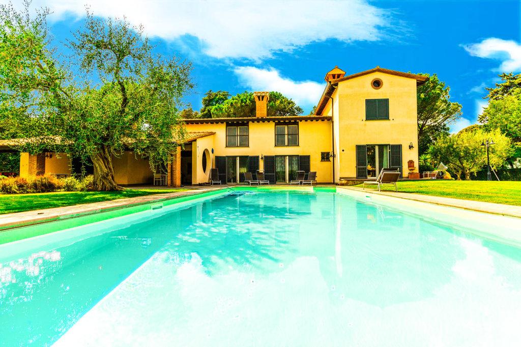 villa individuelle entourée de 3000 m² de parc planté d'oliviers, piscine