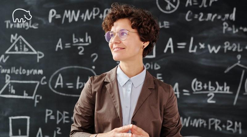 ImmoPotam-immobilier-gestion-patrimoine-maison-appartement-neuf-vefa-logement-ancien-1p-2p-3p-4p-5p-41-femme-professeur-formules-mathematiques-calculs-chiffres-pret
