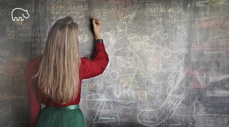 ImmoPotam-immobilier-gestion-patrimoine-maison-appartement-neuf-vefa-logement-ancien-1p-2p-3p-4p-5p-44-femme-professeur-formules-mathematiques-calculs-chiffres-pret