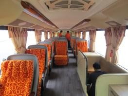 Tangga terletak di sisi kiri bus