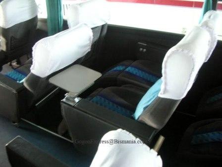 seat ini juga ada meja mininya lho.. cocok buat makan atau naro laptop