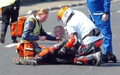 pertolongan pertama pada pembalap yang mengalami accident sudah menjadi tugas wajib Dr. Hinds