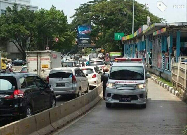 Rombongan Mobil Jenazah Lawan Arus Di Jalur Busway, Terpaksa Mundur Kembali