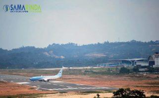 bandara apt pranoto samarinda baru - pesawat kepresidenan landing 21514844640.