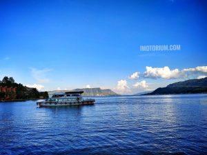 Naik Kapal Di Danau Toba