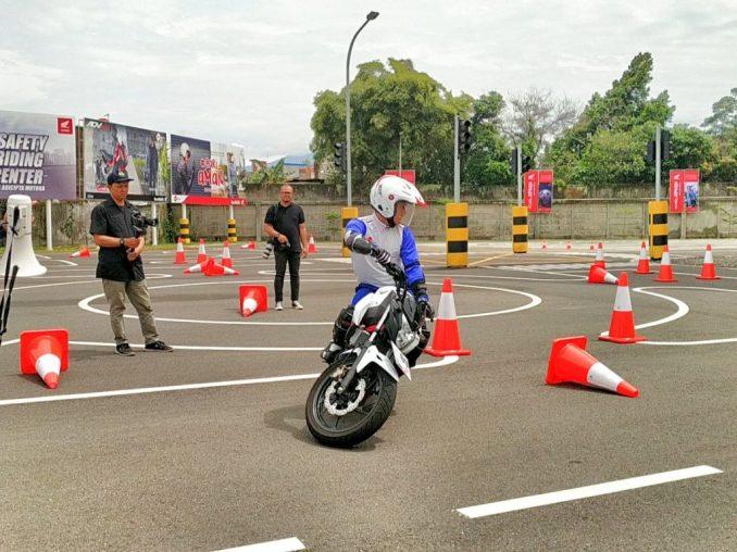 Teknik menikung dengan motor